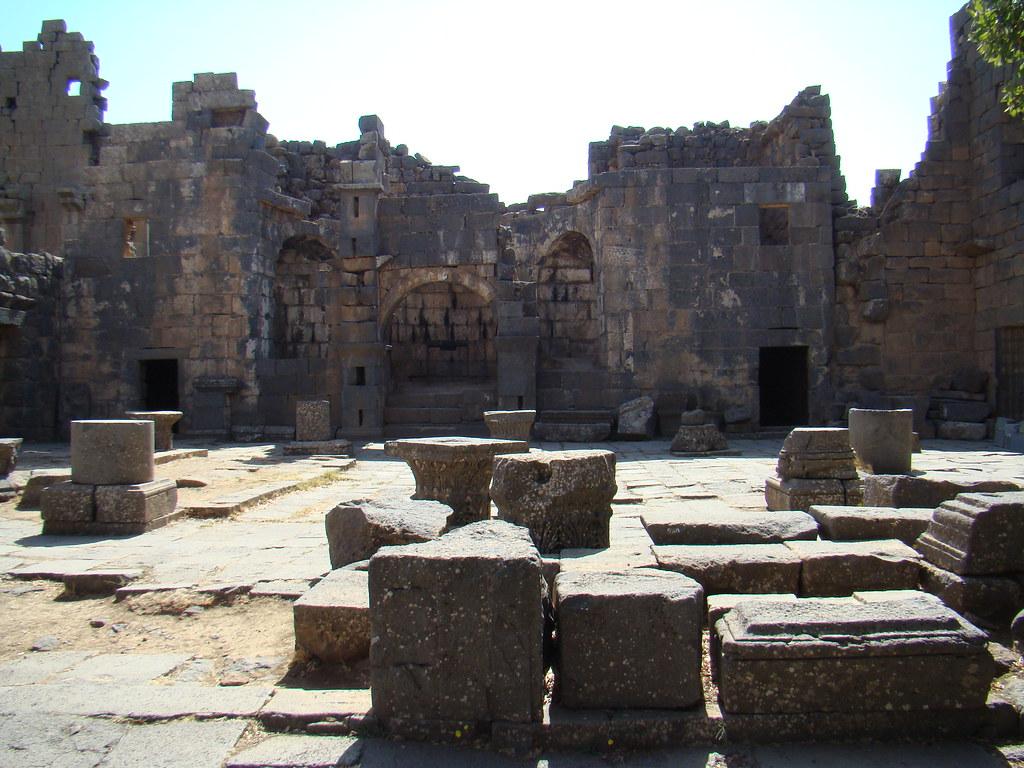 interior de Basilica antiguo Templo Serai o Seraya Qanawat Siria 07