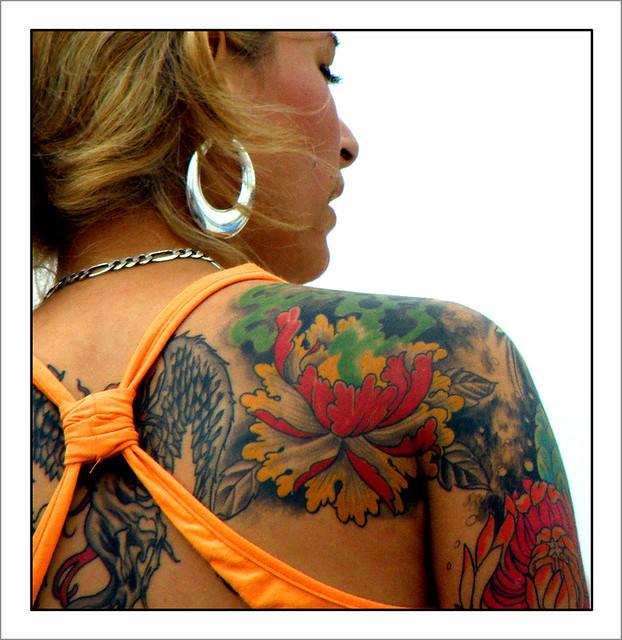 tatuaż na plecach kobiety