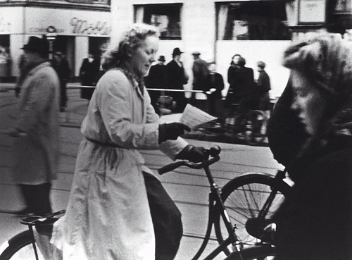 Cyklist læser en opsamlet illegal Frit Danmark løbeseddel
