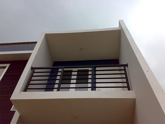 Balkon lantai 2 yang berbentuk BOX dengan railing besi pla