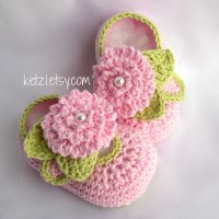Crochet flower baby booties pattern with pink flower ...