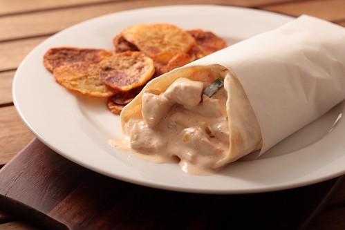 Chicken & chilli-mayo pita with crispy potato chips