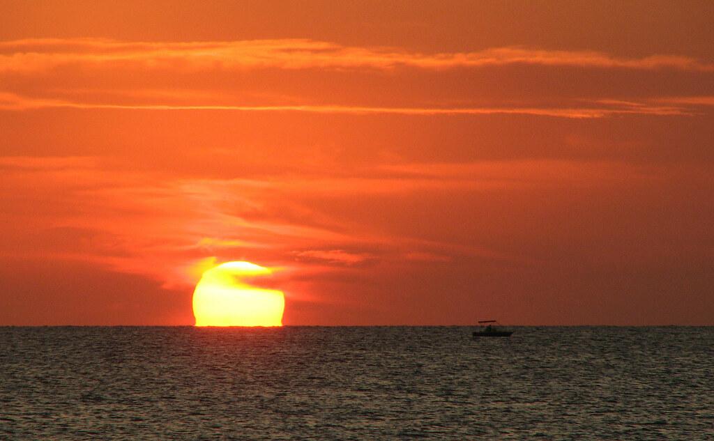 En silencio, quiero ver fundirse al sol en silencio.