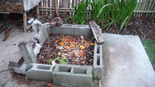 Compost, antes de cubrir los residuos con hojarasca