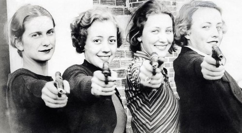 Schietsport, vrouwen met pistool / Sports, shooting. Women with pistols by Nationaal Archief