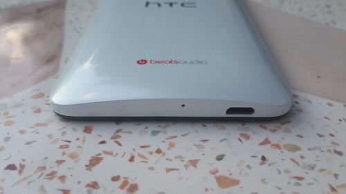 HTC Butterfly S ด้านล่าง