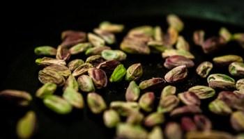 Arancini met pistache, saffraan en pecorino maken: eerst de pistache roosteren