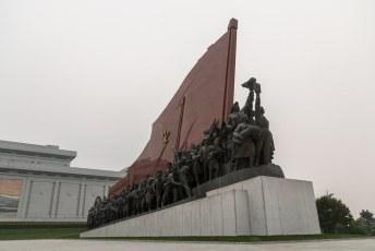 Aan weerskanten staan de monumenten links 'Anti Japanese Revolutionary Struggle' en rechts deze 'Socialist Revolution'.