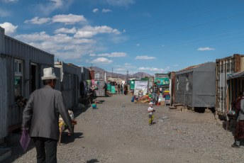 De bazaar bestaat uit een zwikkie zeecontainers.