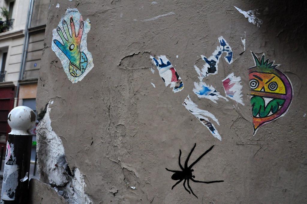 Araignée pochoir et collages divers