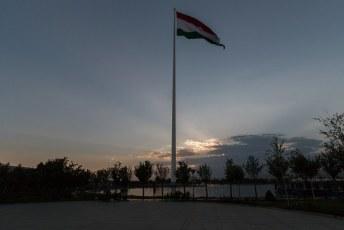 Eerst had Azerbeidzjan de grootste, toen Tadzjikistan maar tegenwoordig staat de grootste vlaggenmast in Saoedi Arabië.