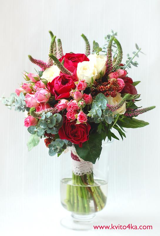 Букет из роз Дэвида Остина с вероникой, ежевикой и эвкалиптом
