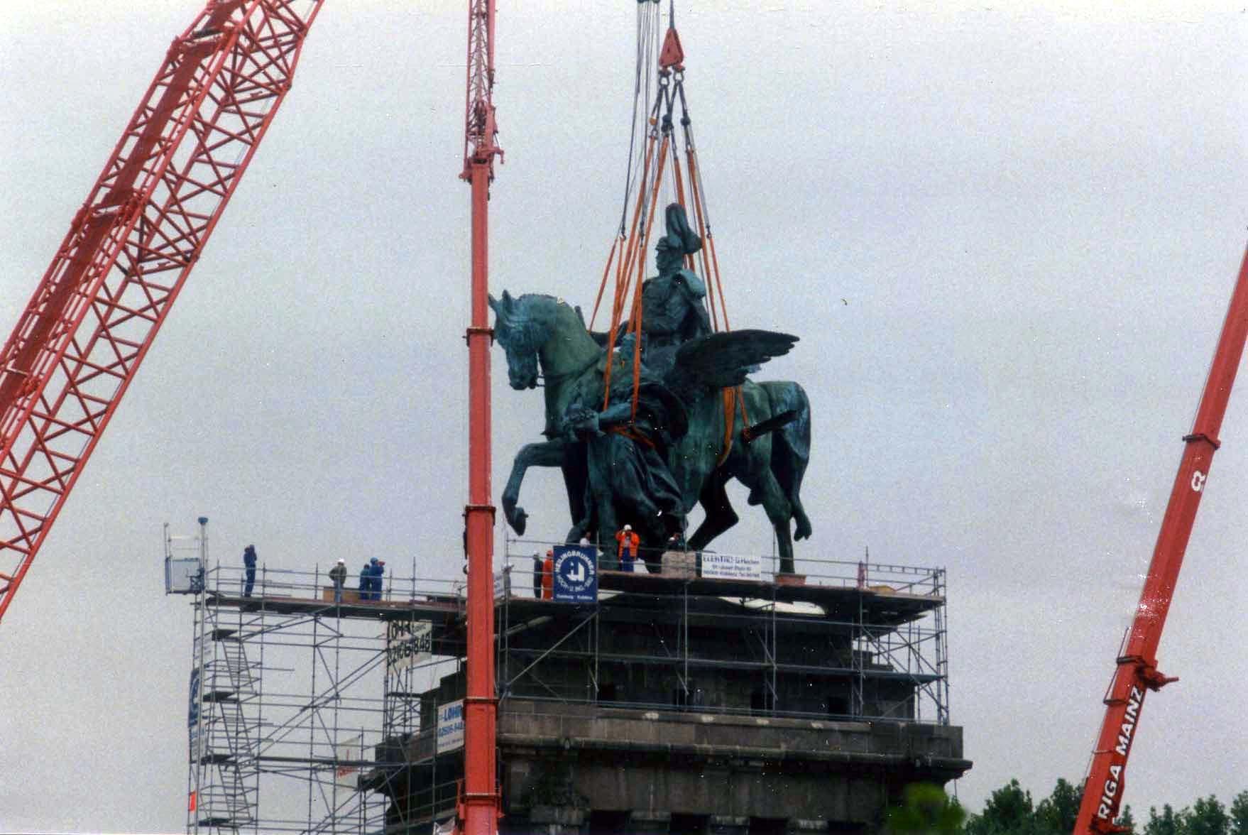 Das rekonstruierte Reiterstandbild Wilhelms I. wird wieder auf den Sockel des Deutschen Ecks gehoben, 2. September 1993