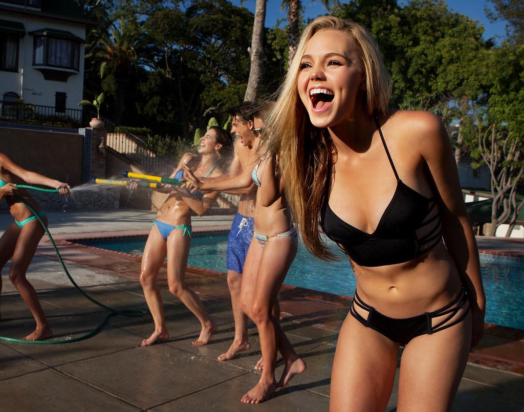 Imagen gratis de una guerra de agua entre jóvenes en una piscina