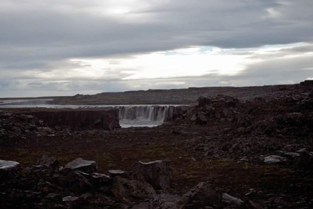 Parque Nacional de Jökulsárgljúfur - Selfoss al fondo - Volviendo hacia el coche - CC Roser Martínez