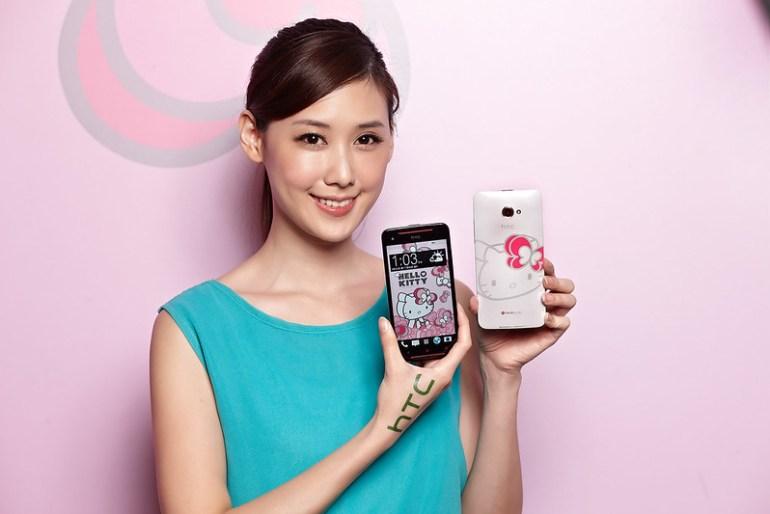 照片圖說:HTC Butterfly s Hello Kitty限量版珍珠白背蓋搭配3D彩繪Hello Kitty,左耳繫上特製粉紅蝴蝶結造型,貼近台灣粉絲們的心。