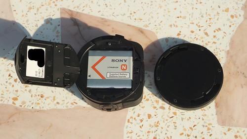 แกะฝาออกมา ก็จะเห็นแบตเตอรี่ ปุ่ม Reset และสล็อตใส่ MicroSD card
