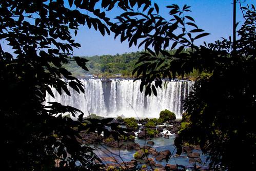 Las Cataratas de Iguazú ocultas por la vegetación