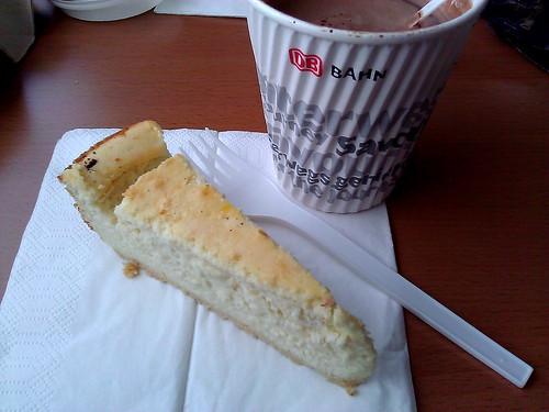 Käsekuchen aus Potsdam zu heißer Schokolade im ICE