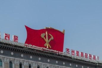 Het symbool van de Arbeiderspartij, de hamer, sikkel en penseel.