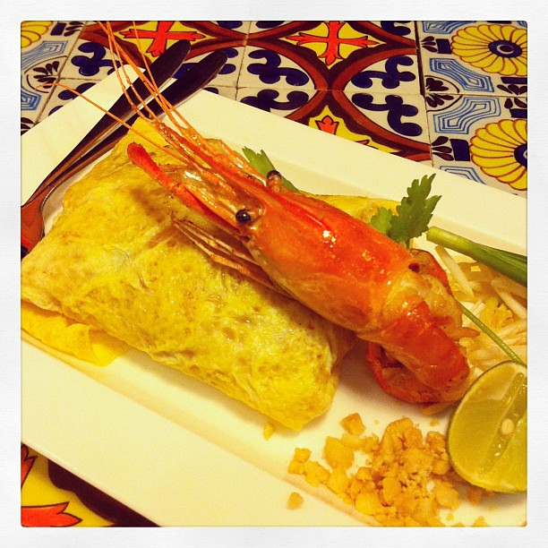 phad thai with large river prawn
