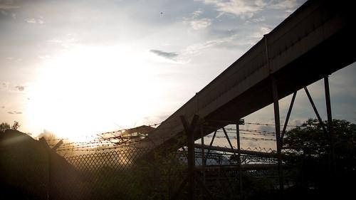 太阳快下山了,趁丧尸活跃前赶快从废墟里找些粮食吧