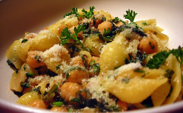 Pasta, with chickpeas, parsley and lemon