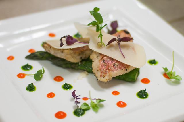 Rode poon - coulis paprika/waterkers - gegrilde groene asperge - parmezaanschilfers