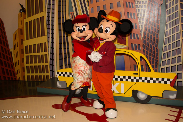 Meeting Mickey And Minnie In Special Outfits For Valentine