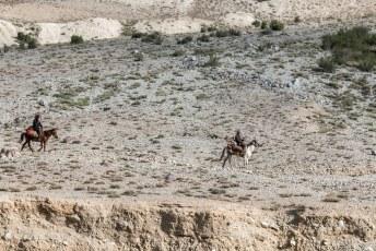 Toevallig kwamen er net een paar op hun paard langslopen.