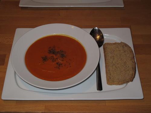 Kürbis-Tomaten-Suppe mit Kürbisbrot