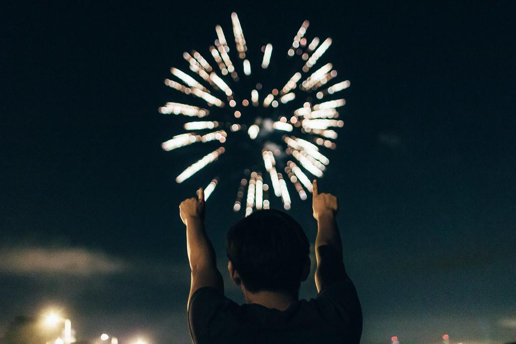 Imagen gratis de chico frente a un castillo de fuegos artificiales