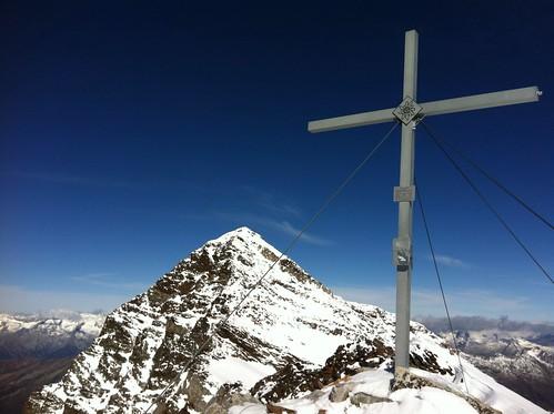 Gipfelkreuz Fernerköpfl mit Blick auf Schneebigen Nock
