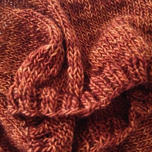 Un pullover per l'autunno #madelinetosh #saffron #veeravalimaki #folded #yarn #knitting #knit #lavoroamaglia#fattoamano #handmadedeithlove #cheaphappiness #ravelry #serialknitters