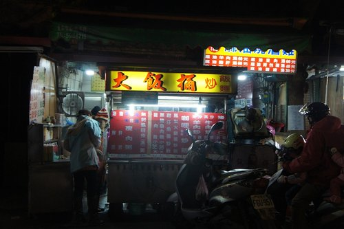 竹東鎮(中央市場夜市) の 莊記牛肉麵 & 阿古甜湯 & 黑輪壽司 @ 我家の蕓 & 宇 :: 痞客邦