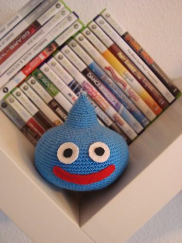 Amigurumi limo custodiando algunos videojuegos