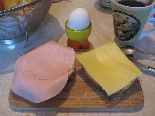 Kinderwurst-, Gouda-Brötchen und Ei zum Frühstück