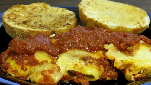 Stuffed shells and garlic bread by Coyoty