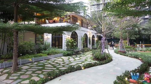 ภาพร้าน The Gardens of Dinsor Palace ยามเย็น