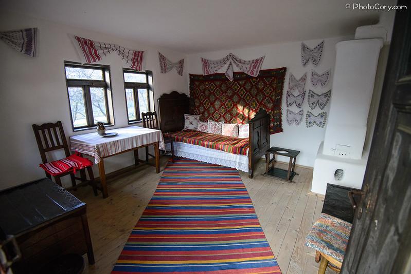 covoare colorate, casa muzeul satului