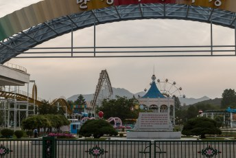 We gingen kijken waar Kim Il-Sung was geboren. We parkeerden voor dit pretpark dat geheel toevallig net die dag in onderhoud was.