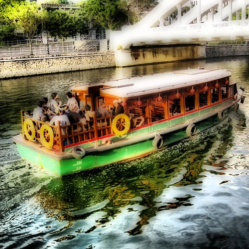 Bum boat on the #singapore river by @MySoDotCom