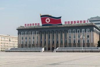 Op dit gebouw hing vroegah een grote foto van........inderdaad Kim Il-Sung.