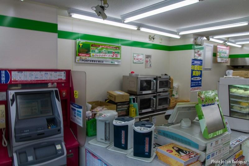 Zona de cajas y microondas de un konbini