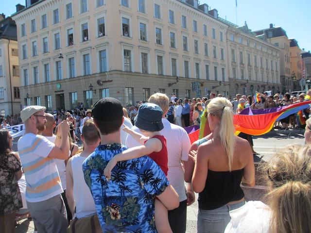 Jonas och Ava tittar på Prideparaden