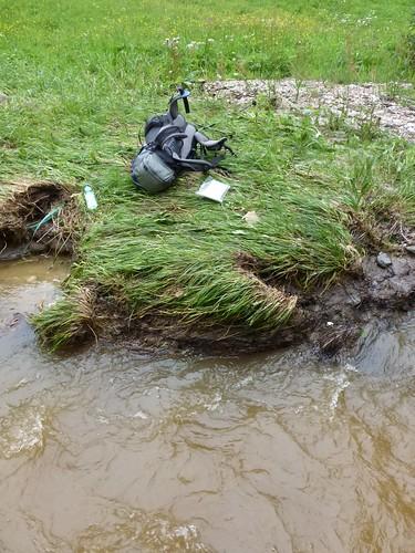 Rzut plecakiem przez rzekę by Polek