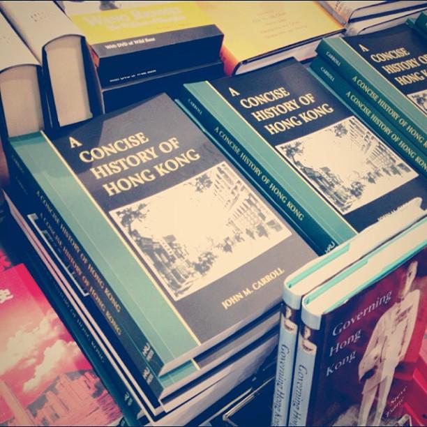 但是,在香港大學出版社攤位,發現大量《香港簡史》英文版,而且書中英文並不算太深奧!