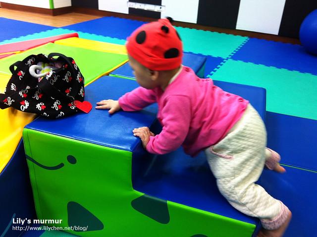 帶小妮去公共的親子館玩,慢慢可以爬階梯了!