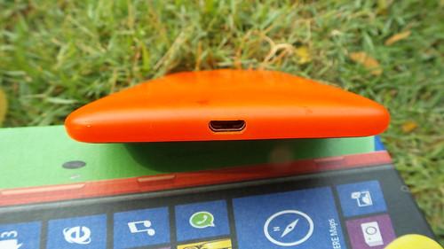 Nokia Lumia 625 ด้านล่าง