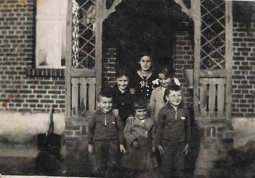 3. Karszyn 1938 r. Wśród pięciorga małych dzieci znajdują się Irene, Christa i Reinhold Vogt. U góry stoi ich ciocia Antonia. Cała czwórka zginęła 29 I 1945 r.